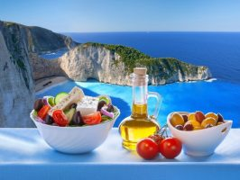 Дзадзикі, мусака і грецький салат – влаштовуємо теплий середземноморський вечір