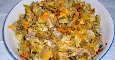 Салат з курячою печінкою і огірками
