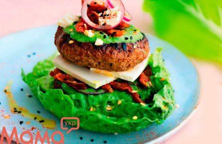 Бургер з яловичини і баранини з йогуртовим соусом і свіжим салатом.
