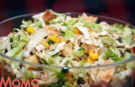 Салат з пекінської капусти з овочами і грудкою