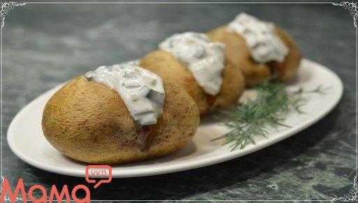 Картопля в духовці з смачним сметанним соусом: смакота, та й тільки.