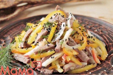 Очманілий салат з яловичиною і болгарським перцем