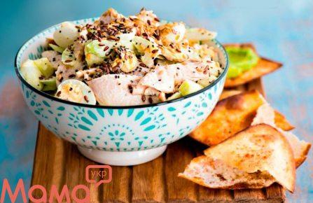 Салат з куркою і йогуртовій заправкою
