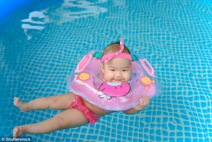 Чому дитина боїться купатися, і як батькам цей страх побороти