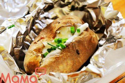 Неймовірно смачний печена картопля з часниково-цибульним маслом