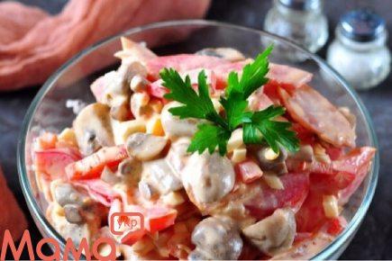 Приголомшливий салат з копченою курячою грудкою і печерицями