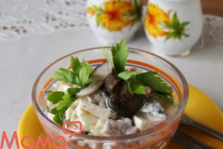 Чудовий салатик на кожен день з маринованими грибами, яблуками і сиром