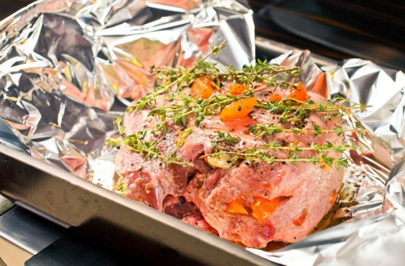 Свинина, приготовлена в духовці у фользі: пряний рецепт